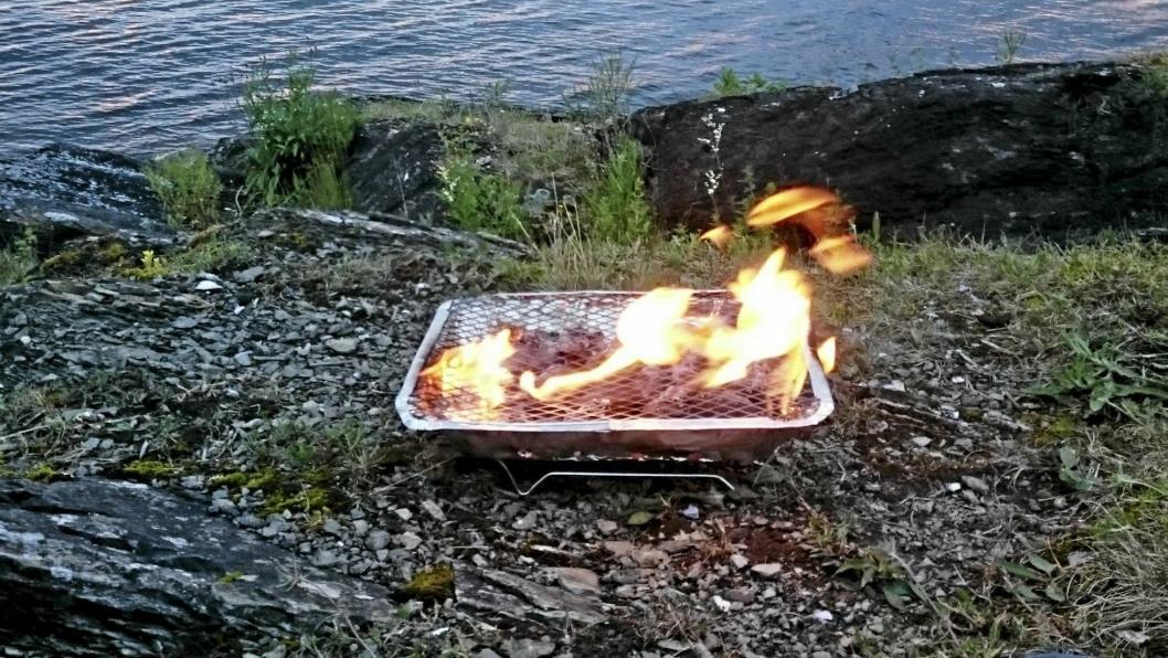 VERSTINGEN: Engangsgrillen gjør bakken under så varm at det kan tennes i ettertid, selv om grillen er slukket.