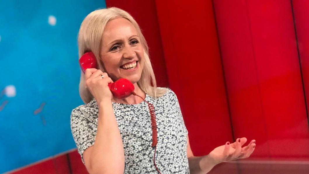 BESTE BESKJEDEN: Her ringer programleder Ingrid Roterud Mathisen til noen som snart skal bli veldig glad.