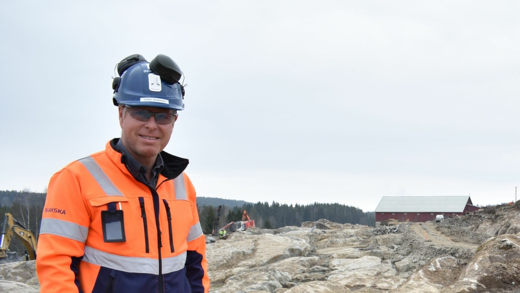 FERDIG MED NEDGRAVINGEN: Til nå har de gravd seg ned. Nå skal de bygge seg opp. Her er anleggsleder Espen Rudshaug og HMS-rådgiver Marit Ellefsen fra vårt besøk i april.