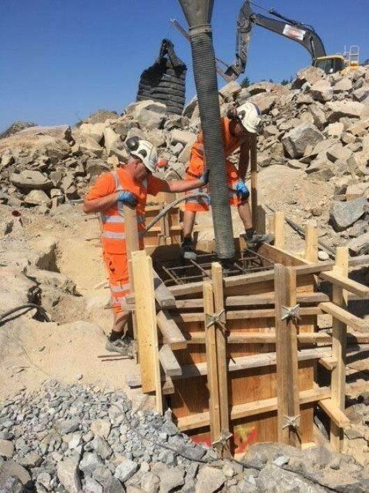 EN MILEPÆL: Her støper de et midlertidig fundament til tårnkranen som skal stå her. Denne milepælen var onsdag 30. mai.