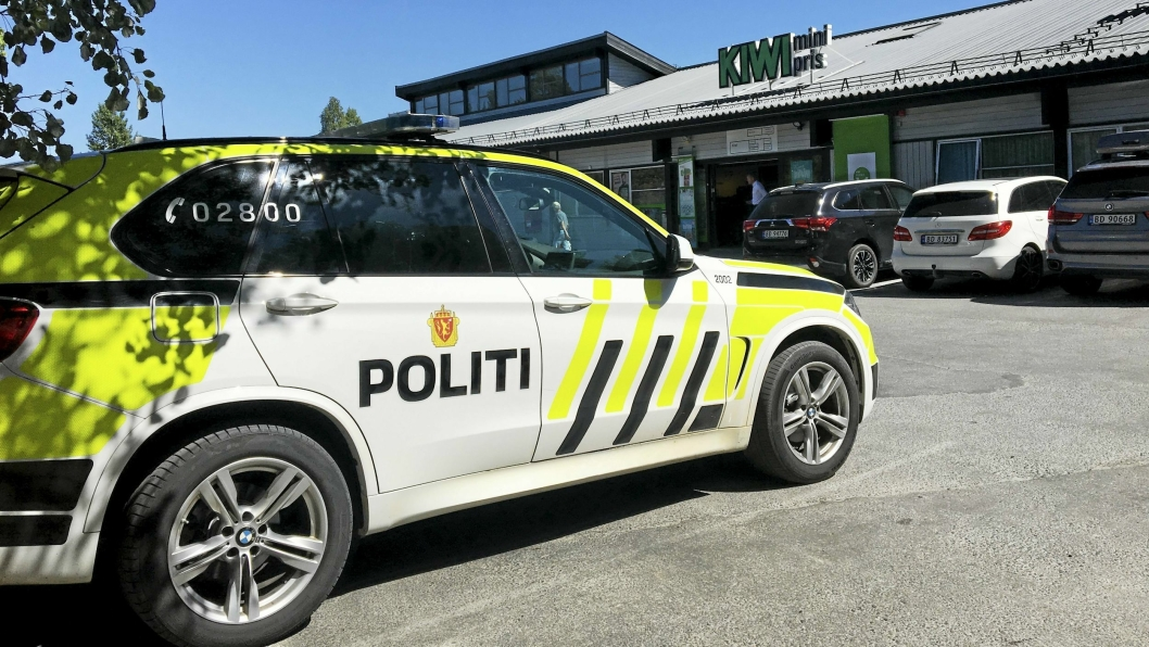 DRAMATIKK: Politibil parkert ved Trollåsen senter, nabobygget til der Trollåsen legesenter har lokaler. Tirsdag ettermiddag ble det gjort en rekke oppfølgingsarbeid etter knivdramaet i resepsjonen tidligere på dagen.