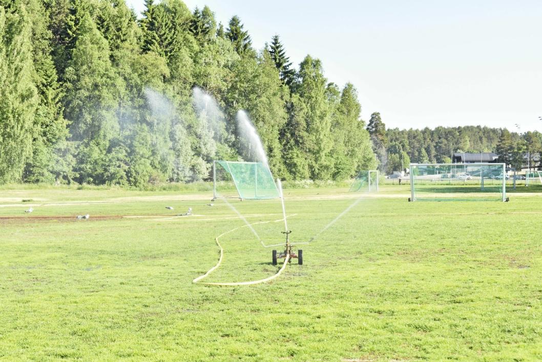 FORELØPIG: Dersom det blir enda strengere restriksjoner på bruk av vann går kommunen over til manuell vanning av gravene i gravlundene og la gresset dø. Da vil det også bli mindre vanning i Sofiemyr idrettspark.