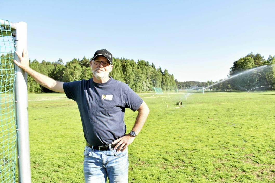 MINIMERER: – Vi kan ikke vanne alle plener til skoler, barnehager og parker, det blir et enormt vannforbruk, derfor har vi nå kun vanning av gressbanen her på Sofiemyr og gravlundene, sier Per Kristiansen i UTE, Park og Idrett.