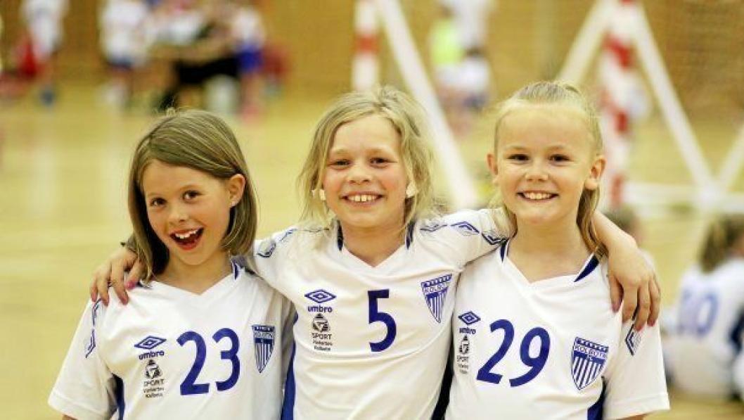 STEMNING: Disse tre jentene hadde det åpenbart morsomt på Kolbotn Håndballs sommeravslutning 2018 i Sofiemyrhallen tirsdag 5. juni.
