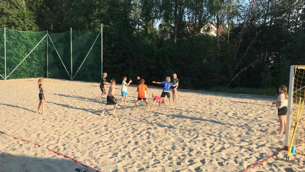 HÅNDBALL PÅ «BEACHEN»: Den nye beachhåndballbanen er allerede i flittig bruk.