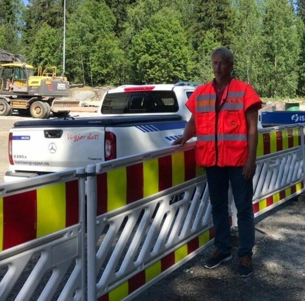 KONTROLLERT: Geir Greaker i SVV gjennomførte en vernerunde på anleggsplassen mandag ettermiddag.