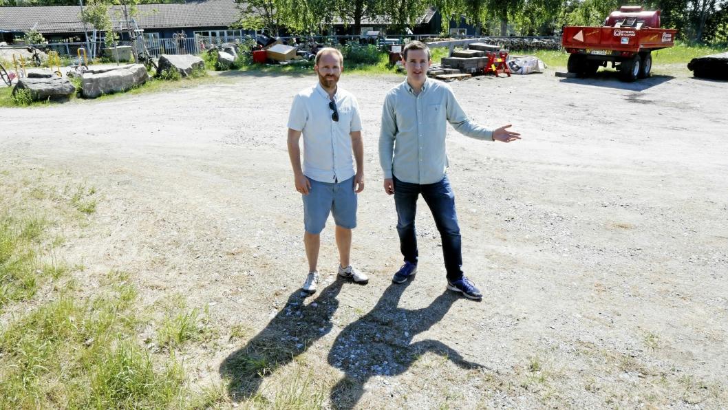 SETTER KRAV TIL KOMMUNEN: Oddbjørn Nesje og Håkon Heløe krever at kommunen involverer FAU og lærerne i prosessen videre.
