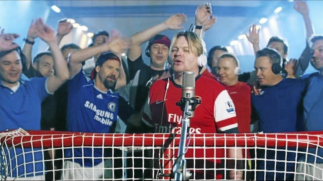 BØNDA I FRA NORD: Ketil Eik i spissen for fotballgutta som synger ut - i VM-sang for England. Bildet er tatt i fjellhallen på Greverud hvor herrene har spilt sammen i 25 år.