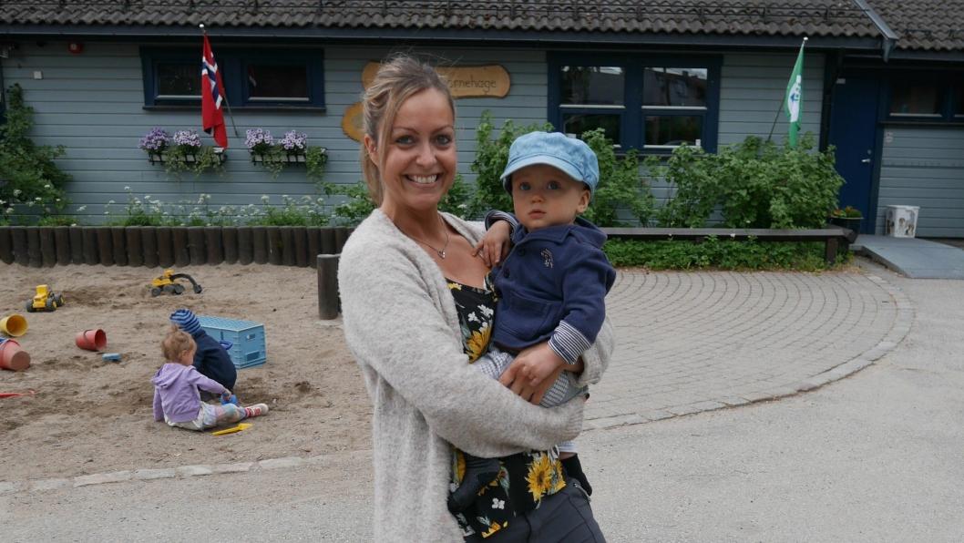 FIKK BARNEHAGEPLASS: Joakim Moskvil (10 måneder) fra Sofiemyr gleder seg til å begynne i Holberg barnehage i september. Her er han sammen med sin mor, Frida Sundsrud (38).