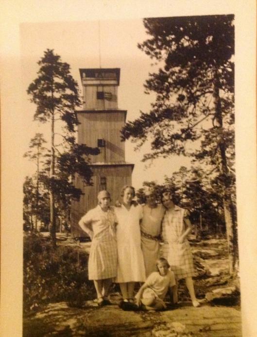 DEN GANG DA: Slik så branntårnet ut, og disse flotte damene har nok vært på søndagstur. Snart kan nye generasjoner få glede av et utkikkstårn på sine søndagsturer.