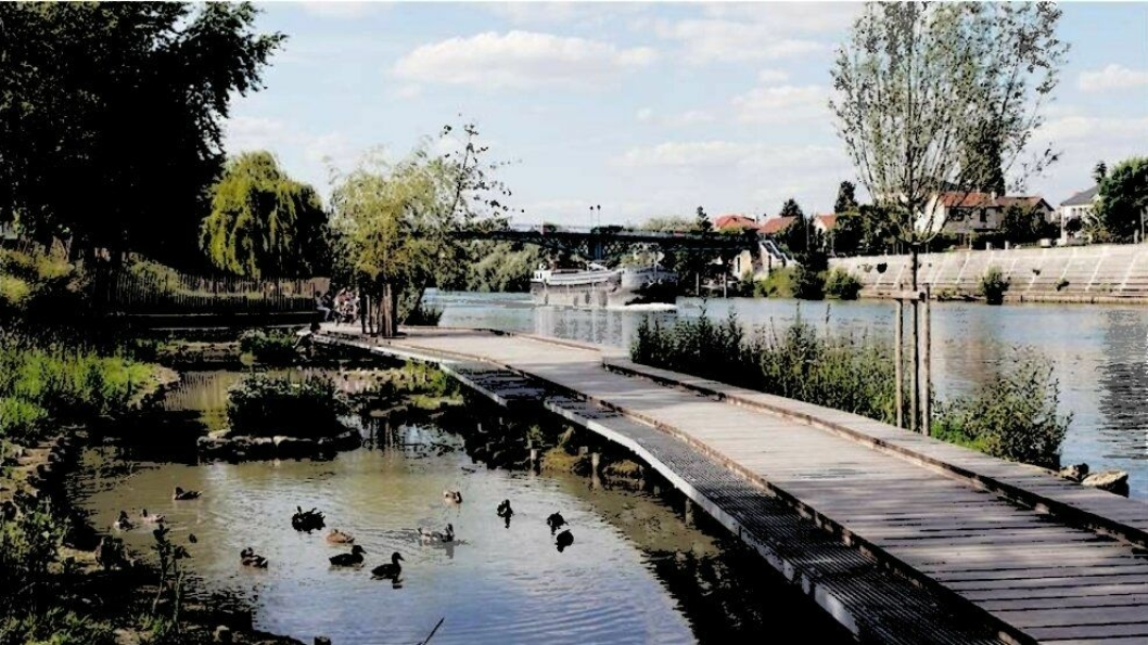 FLYTEBRYGGE: En slik flytebrygge kan etableres i Veslebukta. På bildet ser du referanseprosjektet Perreux River Banks i Frankrike.