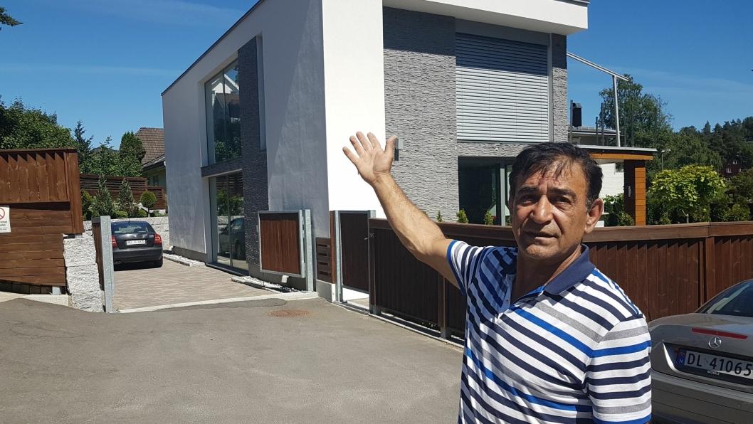 – FELTET MÅ UTVIKLES HELHETLIG: Faramarz Zakaryaie (61) sier utbyggeren ikke har kontaktet dem. For seks år siden kjøpte han tomten på 630 kvadratmeter i Båtsleppa og bygget et flott hus. Nå risikerer han å få et rekkehus på flere etasjer som nabo.