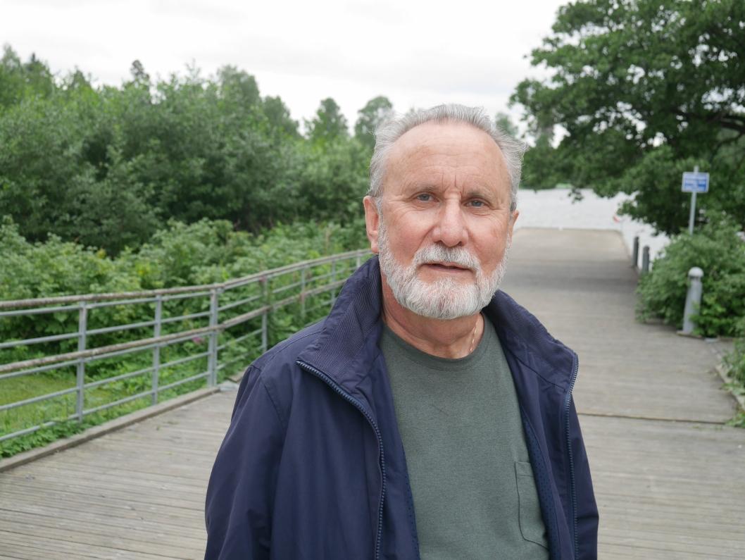 – SKANDALE: – Dette er en skandale og helt bedrøvelig at innbyggerne ikke har blitt informert om dette. Folk bader jo og fisker her. Jeg har også fisket her med barnebarna mine, sier Trond Dahl (65), som bor i Strandliveien på Kolbotn.