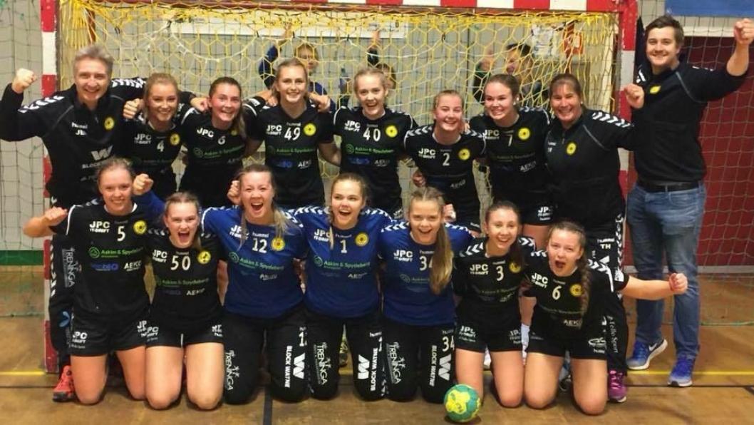 HÅNDBALL-GLEDE: Her er de dyktige håndballjentene fra Oppegård IL. Olivia Lykke Nygaard og Julie Hattestad har spennende dager foran seg.