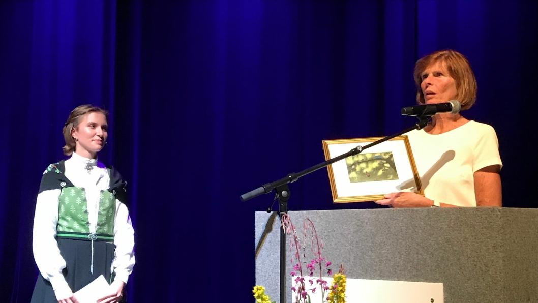 ÅRETS ELEV: Jenny Jæger mottar prisen for årets elev av rektor Elisabeth Edding.