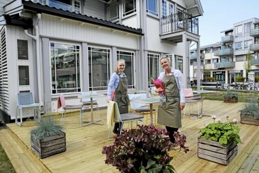 GAMLE TÅRNHUSET RESTAURANT: Her står Camilla Liabø og Helene Jahren på sin nye uteservering.