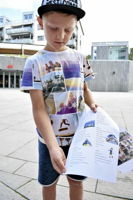 TIL BESTEMOR: Ludvig på åtte år har skrevet dikt om bestemor i Mosjøen i Nordland.