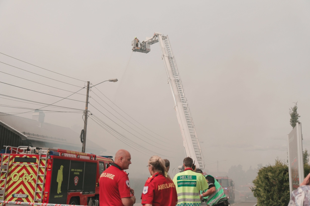 JOBBER PÅ SPRENG: Det er litt roligere for brannmannskapet nå, men begge husene er såpass skadet at de ser ut til å være ubeboelige.(Foto: Peder Blümlein)
