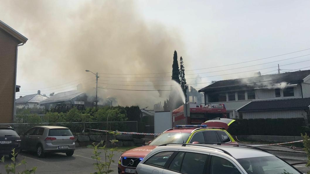 TOTALSKADD: Kornmoveien 8 ble totalskadd i brannen tidligere i dag. Brannen spredde seg også til nummer 6b.