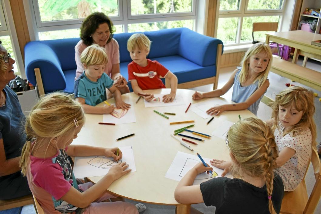 KREATIVE: Her tegner noen av barna i Ekornrud barnehage sine forslag til det nye kommunevåpenet. De synes det var kjedelig med bare to farger, så de tok seg friheten og brukte litt flere.