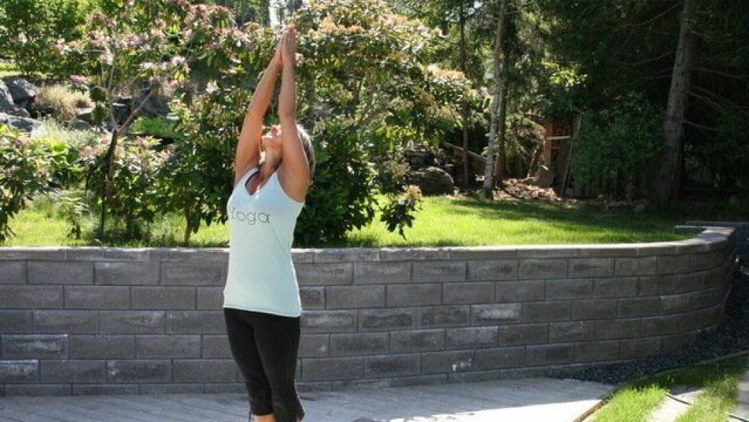 HOLD FORMEN: Carina Jensen gir deg tipsene for å holde formen med yoga i sommerferien.