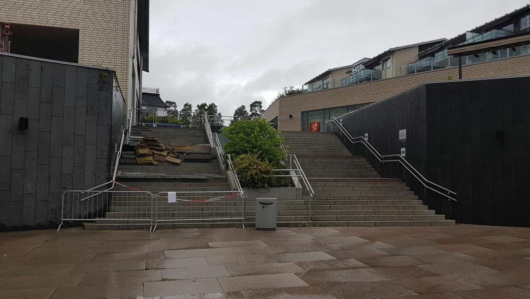 HAR VÆRT STENGT I LANG TID: Tettingsarbeidene ved den utvendige trappen på Kolbotn torg har vært til ulempe for mange som ferdes på torget, spesielt ved de store arrangementene.