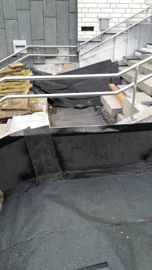 STÅR ÅPENT: Lekkasjen ble funnet under dette partiet av trappen.