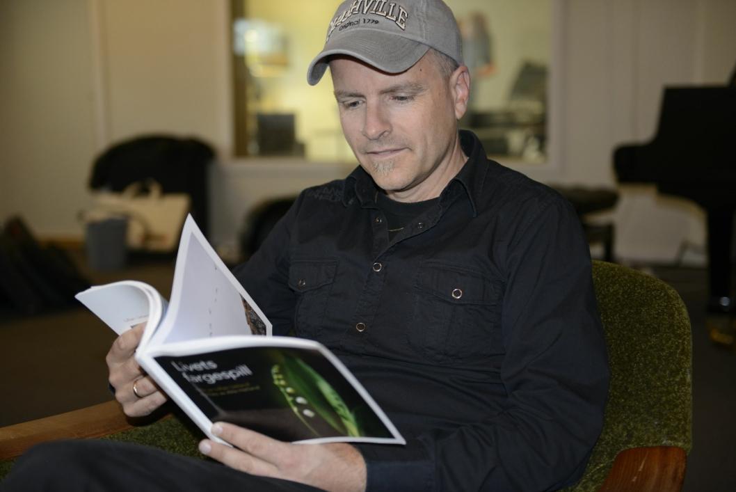 DIKT TIL INSPIRASJON: Musikeren fant diktboken til Lillian i en liten bokhandel i Rosendal.