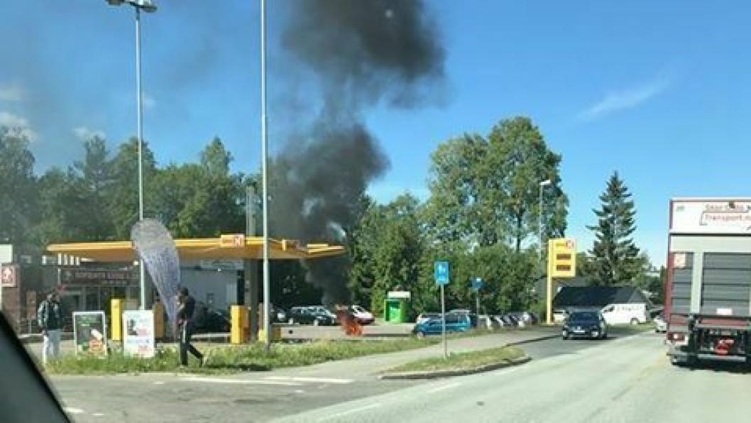 SVART RØYK: Slik så det ut da motorsykkelen begynte å brenne under fylling ved Uno-X på Sofiemyr.