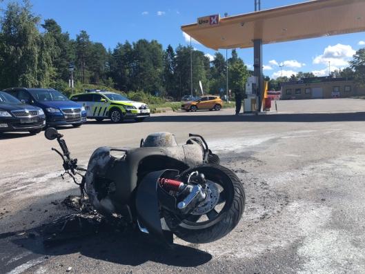 UTBRENT: Slik så MC-en ut etter brannen. Kjøretøyet, en Vespa 300, var splitter ny.