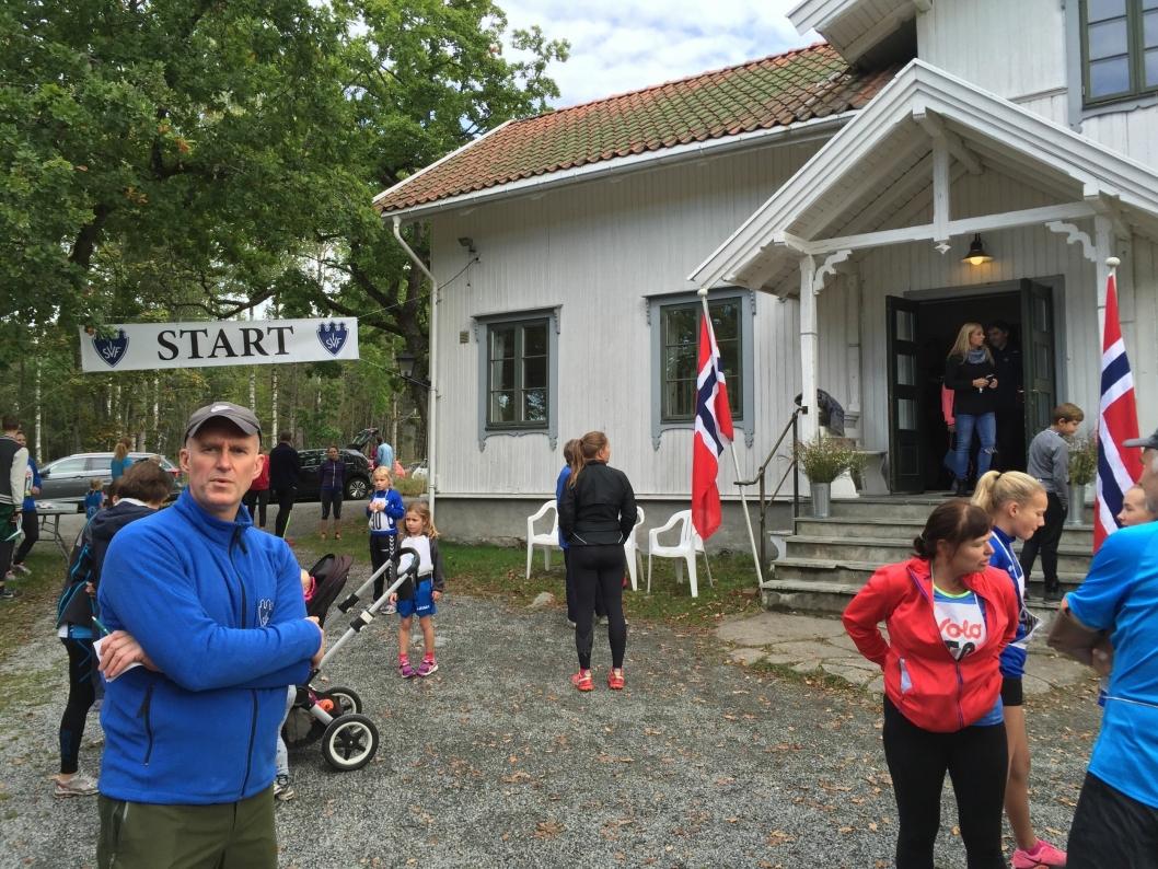 START OG MÅL: Grendehuset Solheim utgjør start- og målområde, og ikke minst stedet for kalorier etter endt løp! Her med speaker Arild Eikeland.