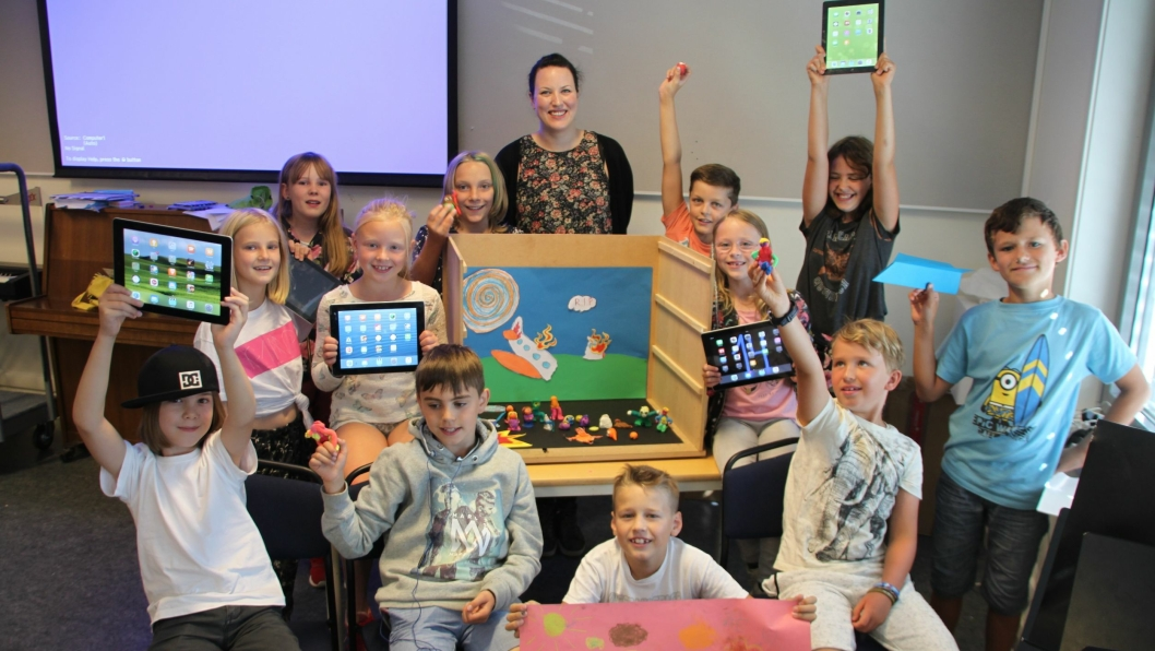GØY MED ANIMASJON: Hvert animasjonskurs hadde plass til tolv barn. På bildet kan du se kursdeltakerne sammen med lærer Kaia Hansvold (28) fra Oslo.