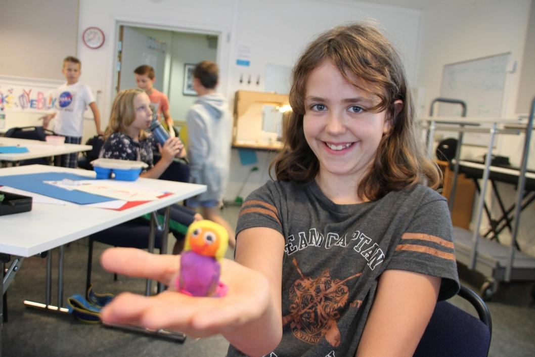 PIA AV PLASTELINA: Stella Thorstad Heie (10) fra Tårnåsen med fantasivesenet Pia.