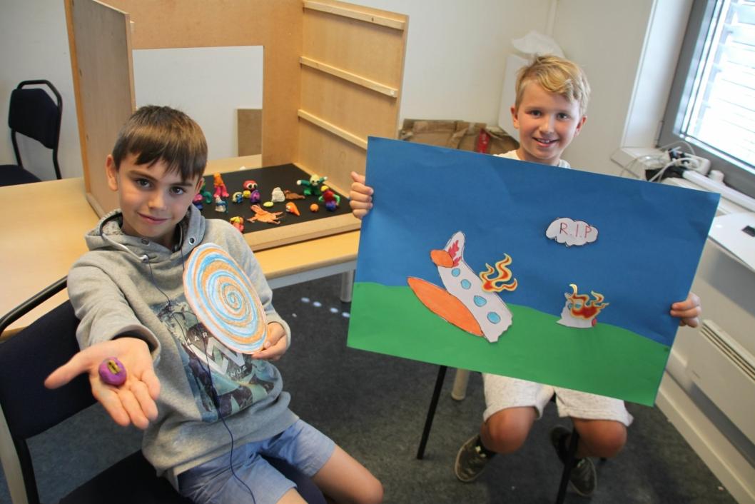 KREATIVE: Sander Haram (9) fra Kolbotn viser fantasivesenet Bobish. Noa Edvin Nykänen Nordnes (8) fra Greverud viser bakgrunnen han har laget.