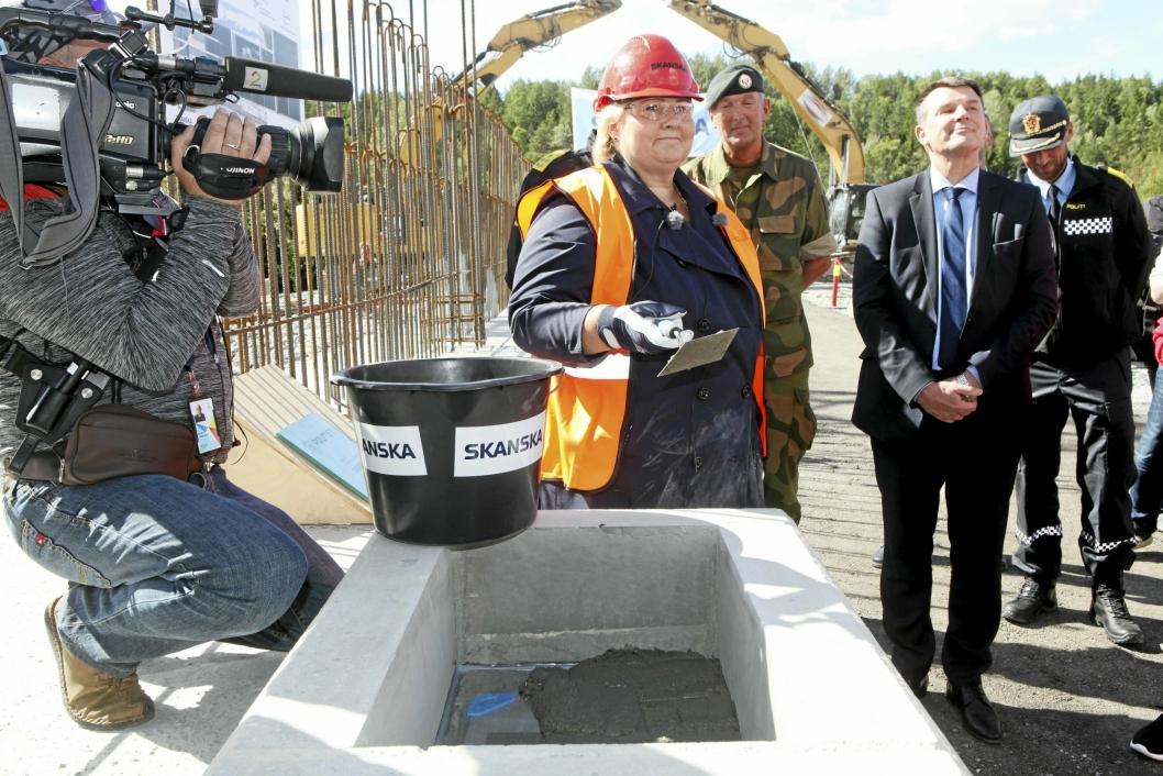 LA NED GRUNNSTEIN: – Dette er en stor dag for norsk beredskap, sa statsminister Erna Solberg da hun tirsdag denne uken la ned grunnsteinen til beredskapssenteret. Her kan du også se justis- og beredskapsminister Tor Mikkel Wara.