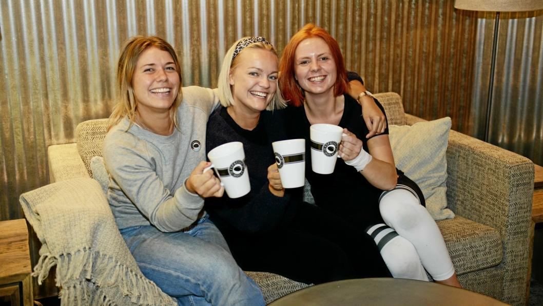 KAFFESLABBERAS: Driftskoordinator Erica Andersson (f.v.), Hanne Wessel Egge, coffee shop manager og Sarah Irgens, medarbeider er klare for storinnrykk på nyåpnede Espresso House på Kolbotn Torg.