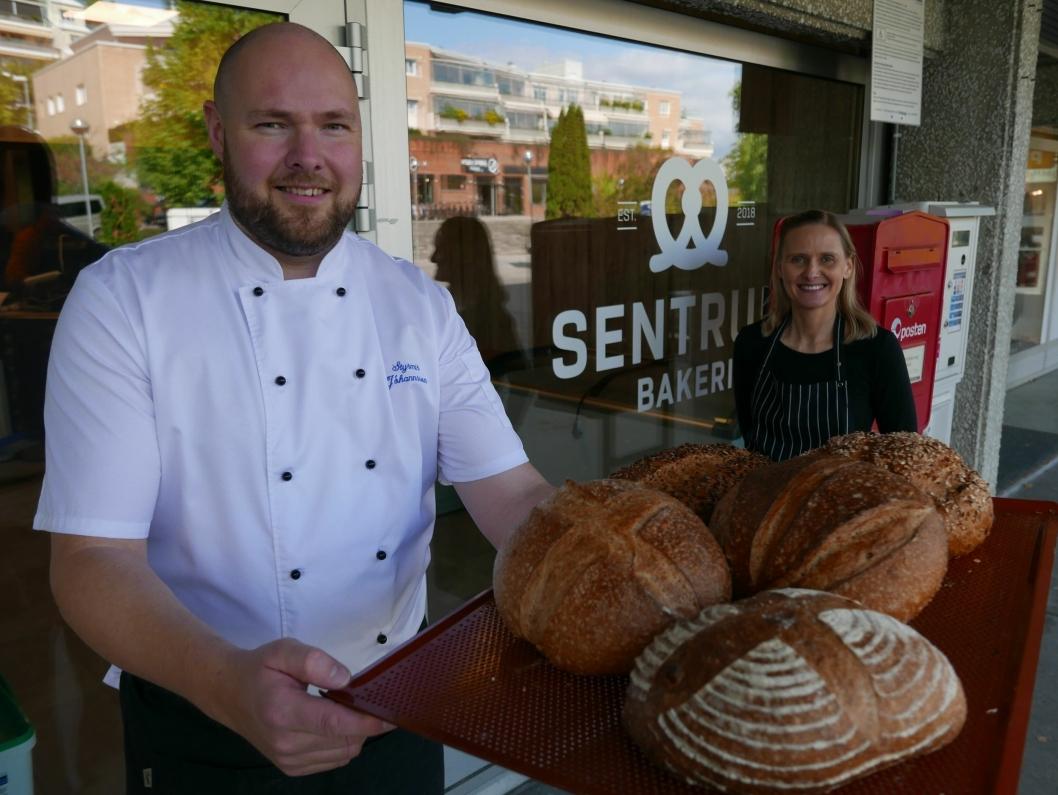 GLEDER SEG: Baker Styrmir Johannsson og daglig leder Gulla Johannesdottir gleder seg til å komme i gang og åpne Sentrum bakeri på fredag. Foto: Yana Stubberudlien
