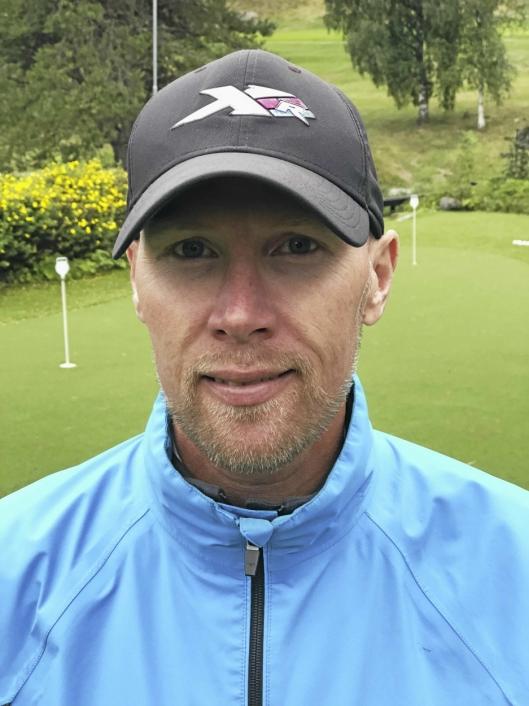 KOM, DA VEL: – Jeg synes man bør komme hit, låne en kølle og prøve litt, sier Magnus Ohlsson til de som vurderer å prøve golf.