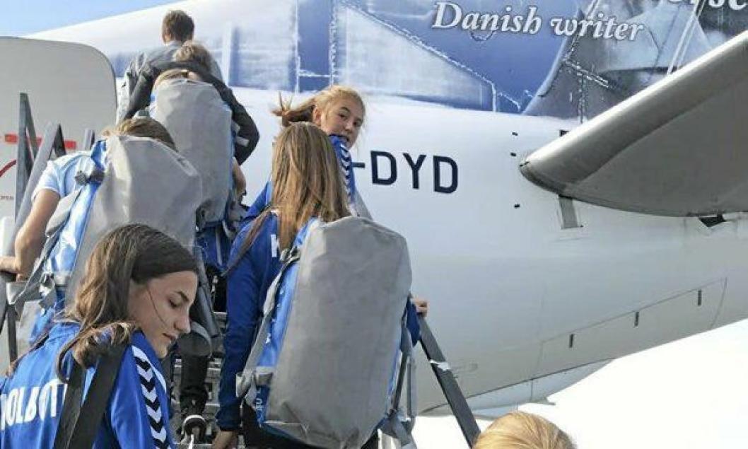 READY FOR TAKE OFF: Jentene på vei inn i flyet.