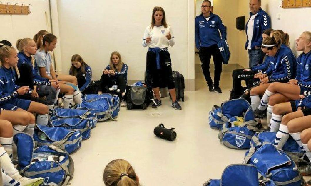 PEP TALK: Trener Camilla Mathiassen instruerer jentene før kvartfinalen mot Viking.