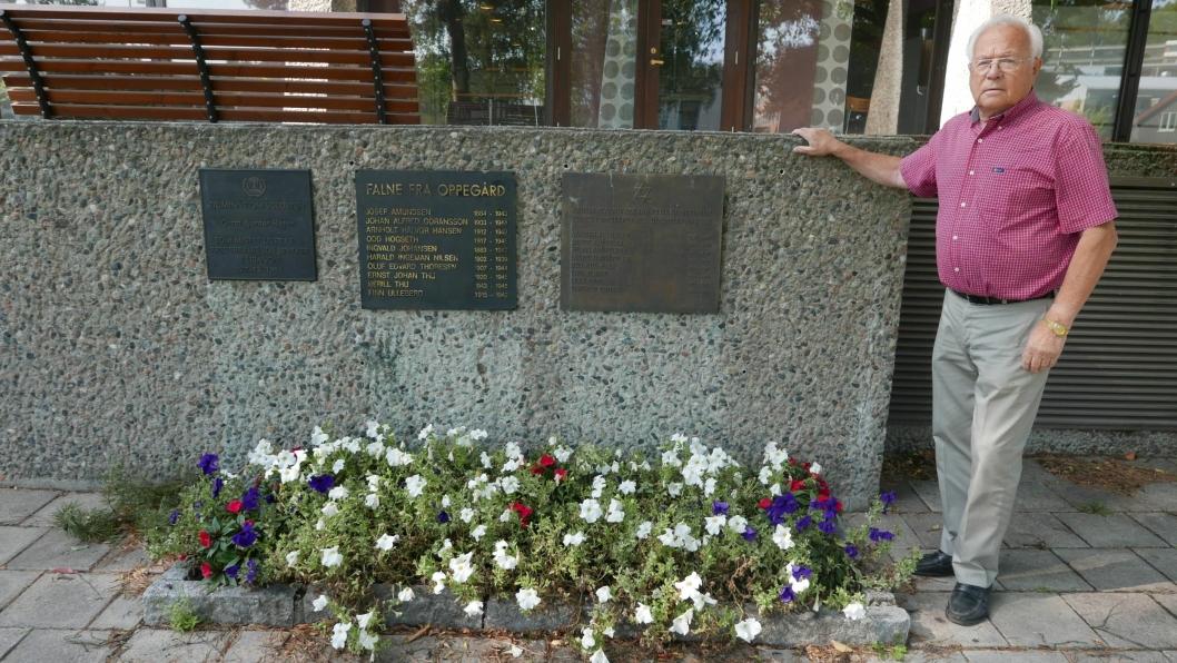 SKAL FLYTTES: De tre minneplatene, som ble satt opp på en vegg foran Oppegård rådhus i 1990-årene, skal flyttes til Jan Baalsruds plass.