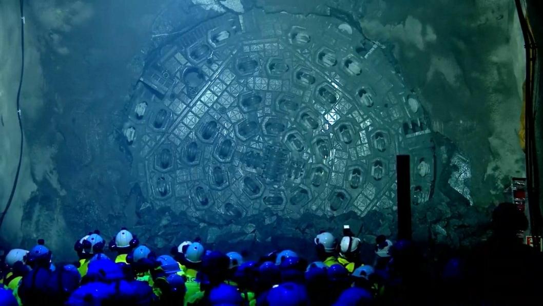 Tunnelboremaskinene (TBM) har etter gjennomslaget lagt bak seg ni kilometer hver i nordlig retning. Det samme forventes av de to sørgående maskinene i 2019. Sammen graver de fire damene den hittil lengste jernbanetunnelen i Norden.
