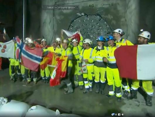 Etter gjennomslagene var det høy stemning blant de mange arbeiderne fra flere land som har vært med på å bygge tunnelene.