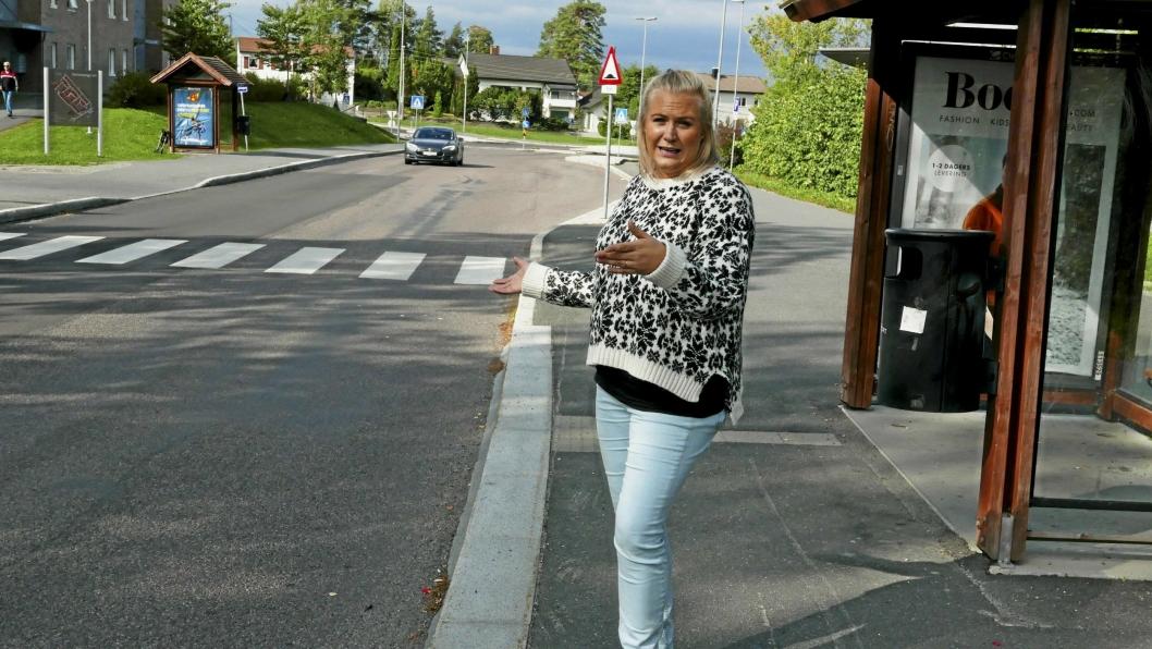 BEKYMRET: – Jeg kan ikke tro at jeg er den eneste som opplever dette, sier tobarnsmor Jeanette Paulsen. Hun er bekymret for trafikksikkerheten på strekningen.