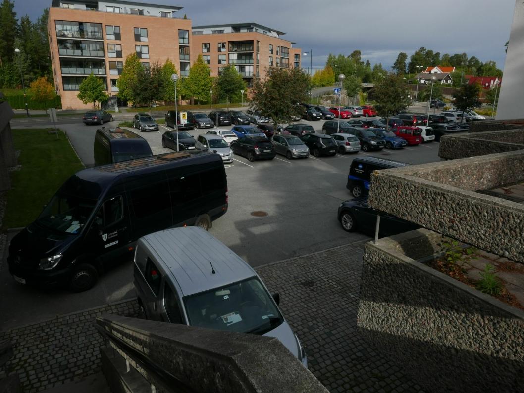 PARKERING FOR ANSATTE: Denne parkeringsplassen nord for rådhuset brukes av ansatte i kommunen.