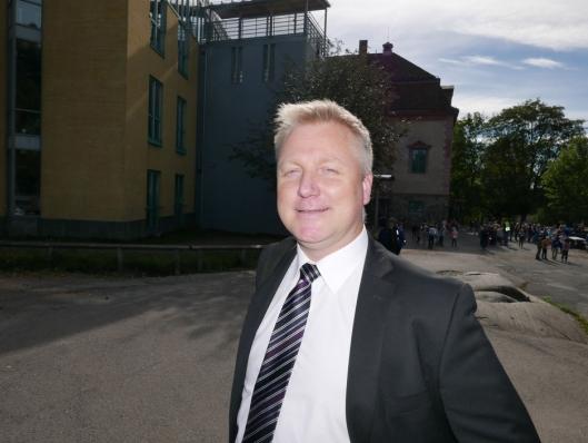 BÅDE POSITIVT OG NEGATIVT: Helge Aamodt (45) mener null parkeringsplasser ved skolen blir både positivt og negativt.
