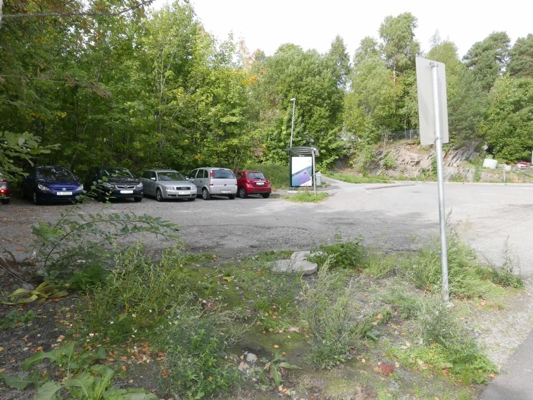 DAGENS PARKERING 1: På bildet kan du se parkeringsplassen til ansatte og bussholdeplassen.