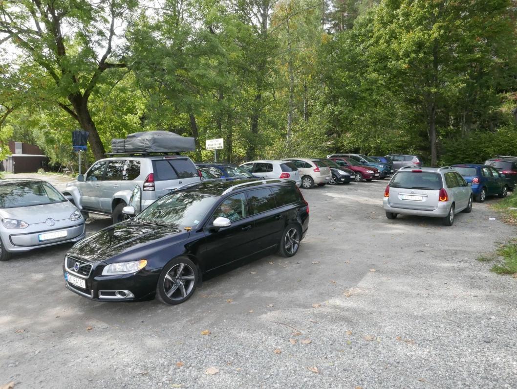 DAGENS PARKERING 2: Denne parkeringsplassen ligger nord for skolen.Da bildet ble tatt klokken 13:00 fredag 14. september, var det 17 biler der og ingen ledige p-plasser.