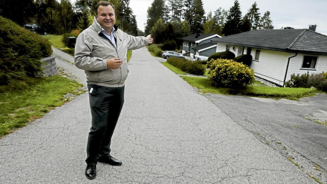 SMÅHUSOMRÅDET: – Småhusområdene skal bevare sine særpreg, sier ordfører Thomas Sjøvold (H), mens han viser oss et typisk småhus-område på Ingieråsen.