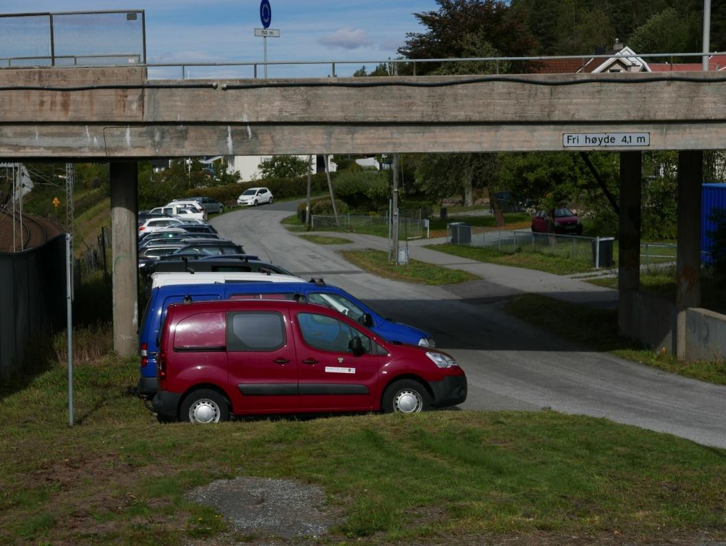 HOLTEVEIEN: Denne parkeringslassen brukes av ansatte i Oppegård kommune. Her var det ingen ledige p-plasser heller.